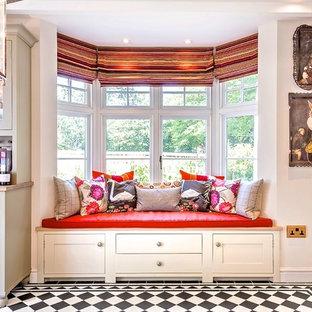 バークシャーの中サイズのトラディショナルスタイルのおしゃれなキッチン (エプロンフロントシンク、シェーカースタイル扉のキャビネット、グレーのキャビネット、ライムストーンカウンター、磁器タイルの床、アイランドなし) の写真