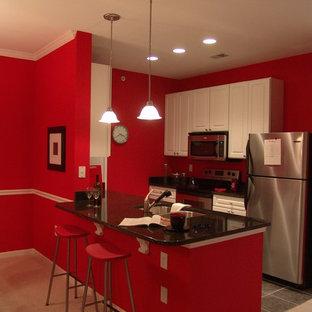 Foto på ett litet funkis kök, med en undermonterad diskho, luckor med upphöjd panel, vita skåp, bänkskiva i kvarts, rostfria vitvaror, klinkergolv i keramik och en halv köksö