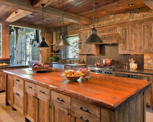 modelo de cocina rural con armarios con paneles empotrados puertas de armario de madera oscura