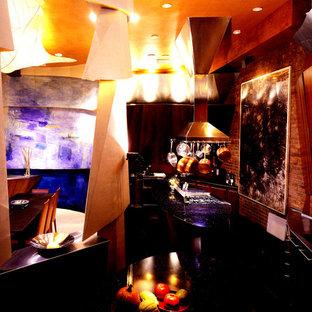 ニューヨークの大きいエクレクティックスタイルのおしゃれなマルチアイランドキッチン (アンダーカウンターシンク、フラットパネル扉のキャビネット、中間色木目調キャビネット、大理石カウンター、レンガのキッチンパネル、シルバーの調理設備の、大理石の床、黒い床) の写真