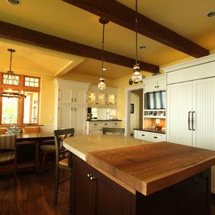 Inspiration för ett stort lantligt kök, med en trippel diskho, luckor med profilerade fronter, vita skåp, granitbänkskiva, flerfärgad stänkskydd, stänkskydd i stenkakel, integrerade vitvaror, en köksö och mellanmörkt trägolv