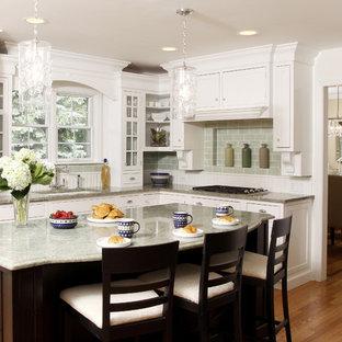 Inspiration för stora, avskilda klassiska l-kök, med en undermonterad diskho, skåp i shakerstil, vita skåp, granitbänkskiva, grönt stänkskydd, stänkskydd i tunnelbanekakel, rostfria vitvaror, en köksö och mellanmörkt trägolv