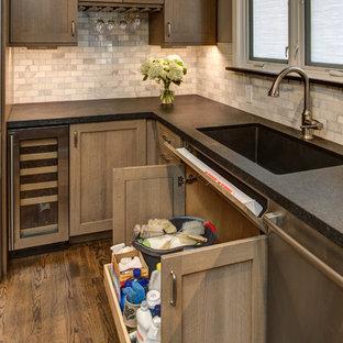 Foto på ett avskilt, mellanstort amerikanskt l-kök, med en undermonterad diskho, skåp i shakerstil, skåp i mellenmörkt trä, granitbänkskiva, stänkskydd i stenkakel, rostfria vitvaror och mörkt trägolv
