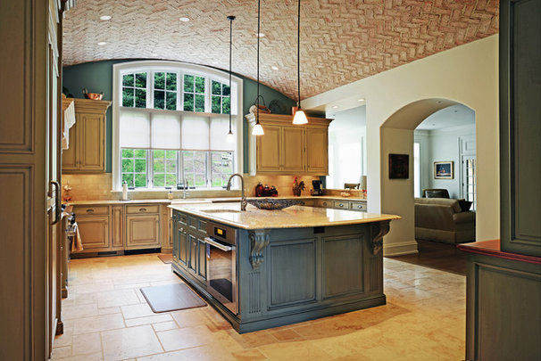 Traditional Kitchen by OMNIA Group Architects