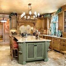 Traditional Kitchen by Kuche+Cucina