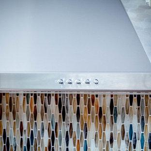 カンザスシティの中サイズのトランジショナルスタイルのおしゃれなキッチン (中間色木目調キャビネット) の写真
