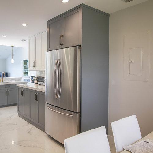 k chen mit k chenr ckwand aus glasfliesen und marmorboden. Black Bedroom Furniture Sets. Home Design Ideas