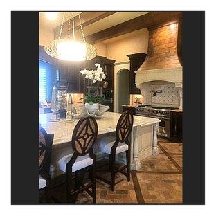 Offene, Geräumige Eklektische Küche in L-Form mit Unterbauwaschbecken, profilierten Schrankfronten, dunklen Holzschränken, Marmor-Arbeitsplatte, Küchenrückwand in Grau, Rückwand aus Steinfliesen, Elektrogeräten mit Frontblende, Backsteinboden, Kücheninsel und rotem Boden in Dallas