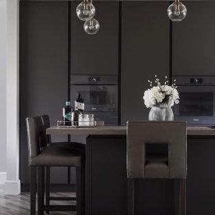他の地域の中くらいのコンテンポラリースタイルのおしゃれなキッチン (一体型シンク、フラットパネル扉のキャビネット、グレーのキャビネット、珪岩カウンター、メタリックのキッチンパネル、ミラータイルのキッチンパネル、カラー調理設備、ラミネートの床、グレーの床、グレーのキッチンカウンター、格子天井) の写真