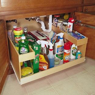 Modelo de cocina clásica con armarios estilo shaker, puertas de armario de madera oscura, suelo de baldosas de porcelana y suelo gris
