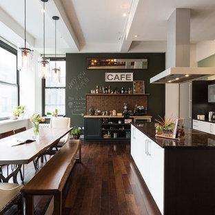 На фото: угловая кухня среднего размера в современном стиле с обеденным столом, врезной раковиной, плоскими фасадами, белыми фасадами, коричневым фартуком, темным паркетным полом и островом