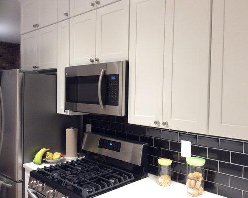 Zweizeilige, Kleine Moderne Küche Mit Vorratsschrank, Unterbauwaschbecken,  Schrankfronten Mit Vertiefter Füllung, Weißen