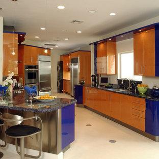 Создайте стильный интерьер: кухня в стиле модернизм с техникой из нержавеющей стали и оранжевыми фасадами - последний тренд