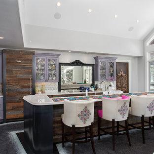 Idéer för att renovera ett mycket stort vit vitt kök, med en undermonterad diskho, släta luckor, lila skåp, marmorbänkskiva, stänkskydd med metallisk yta, stänkskydd i mosaik, heltäckningsmatta, flera köksöar och grått golv
