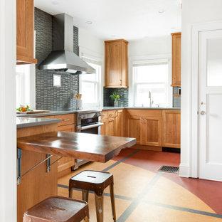 ポートランドの小さいエクレクティックスタイルのおしゃれなキッチン (アンダーカウンターシンク、シェーカースタイル扉のキャビネット、中間色木目調キャビネット、クオーツストーンカウンター、グレーのキッチンパネル、ガラスタイルのキッチンパネル、シルバーの調理設備の、マルチカラーの床、グレーのキッチンカウンター) の写真