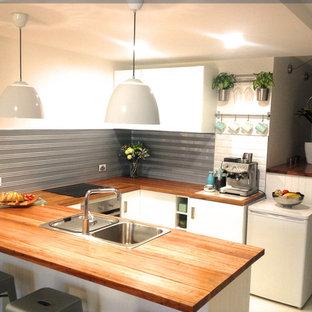 Ispirazione per una cucina ad U moderna di medie dimensioni con lavello a doppia vasca, ante a filo, top in legno, paraspruzzi multicolore, paraspruzzi con piastrelle di metallo e elettrodomestici bianchi