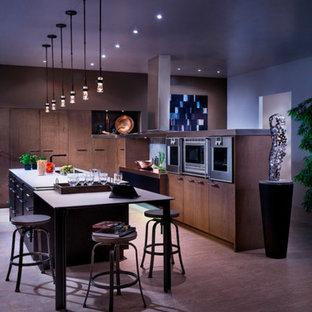 Geschlossene, Zweizeilige, Große Moderne Küche mit Doppelwaschbecken, flächenbündigen Schrankfronten, hellbraunen Holzschränken, Quarzwerkstein-Arbeitsplatte, Küchengeräten aus Edelstahl, Travertin und Kücheninsel in Miami