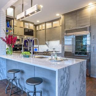 Idéer för ett stort klassiskt kök, med en rustik diskho, luckor med upphöjd panel, grå skåp, marmorbänkskiva, vitt stänkskydd, stänkskydd i keramik, rostfria vitvaror, tegelgolv och flerfärgat golv