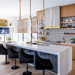 Exempel på ett modernt vit vitt kök, med en undermonterad diskho, släta luckor, skåp i mellenmörkt trä, flerfärgad stänkskydd, rostfria vitvaror, ljust trägolv, en köksö och beiget golv