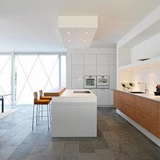 Modern Kitchen by LA Leicht