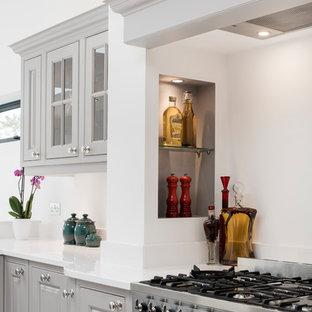 Immagine di una cucina classica di medie dimensioni con ante grigie, top in quarzite, elettrodomestici in acciaio inossidabile, pavimento in marmo, isola e top giallo