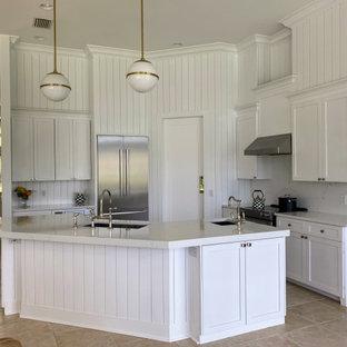 Источник вдохновения для домашнего уюта: маленькая п-образная кухня-гостиная в морском стиле с монолитной раковиной, фасадами в стиле шейкер, белыми фасадами, столешницей из кварцита, белым фартуком, фартуком из вагонки, техникой из нержавеющей стали, полом из керамогранита, островом, бежевым полом и белой столешницей