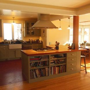 Mittelgroße Moderne Wohnküche in U-Form mit Landhausspüle, Schrankfronten im Shaker-Stil, grünen Schränken, Speckstein-Arbeitsplatte, Küchengeräten aus Edelstahl, Linoleum und Kücheninsel in Burlington