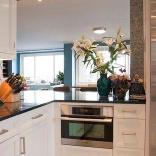 На фото: класса люкс отдельные, линейные кухни среднего размера в стиле ретро с врезной раковиной, фасадами с утопленной филенкой, белыми фасадами, столешницей из кварцевого композита, синим фартуком, фартуком из плитки мозаики, техникой из нержавеющей стали, полом из терраццо, белым полом и островом