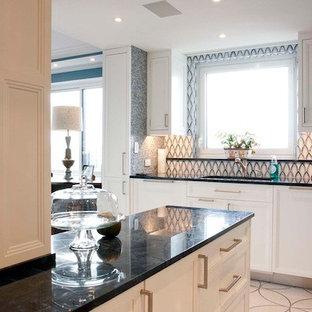 Diseño de cocina lineal, retro, de tamaño medio, cerrada, con fregadero bajoencimera, armarios con paneles empotrados, puertas de armario blancas, encimera de cuarzo compacto, salpicadero azul, salpicadero con mosaicos de azulejos, electrodomésticos de acero inoxidable, suelo de terrazo, una isla y suelo blanco
