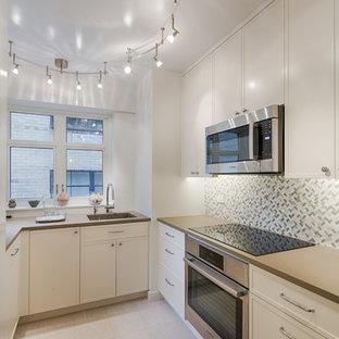 Идея дизайна: п-образная кухня среднего размера в современном стиле с кладовкой, врезной раковиной, фасадами в стиле шейкер, белыми фасадами, столешницей из кварцита, разноцветным фартуком, фартуком из стеклянной плитки, техникой под мебельный фасад, полом из керамической плитки, двумя и более островами, бежевым полом и коричневой столешницей