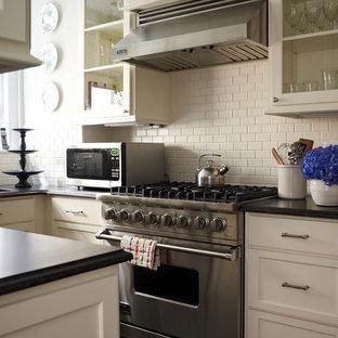 ニューヨークの中サイズのエクレクティックスタイルのおしゃれなキッチン (ドロップインシンク、シェーカースタイル扉のキャビネット、白いキャビネット、ソープストーンカウンター、白いキッチンパネル、セラミックタイルのキッチンパネル、シルバーの調理設備、大理石の床、アイランドなし) の写真