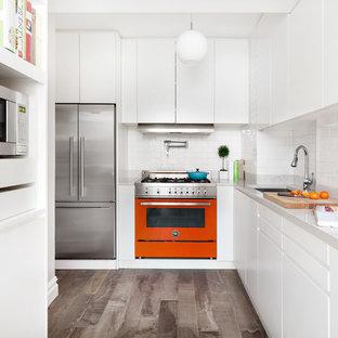 Неиссякаемый источник вдохновения для домашнего уюта: маленькая отдельная, угловая кухня в современном стиле с врезной раковиной, плоскими фасадами, белыми фасадами, фартуком из плитки кабанчик, цветной техникой, полом из керамогранита, серым полом, белым фартуком и белой столешницей без острова