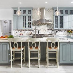 Esempio di una cucina chic con lavello stile country, paraspruzzi multicolore, elettrodomestici in acciaio inossidabile, 2 o più isole e ante di vetro