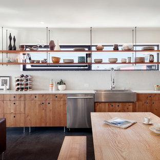 シアトルの中サイズのモダンスタイルのおしゃれなキッチン (シングルシンク、フラットパネル扉のキャビネット、淡色木目調キャビネット、クオーツストーンカウンター、白いキッチンパネル、シルバーの調理設備、コンクリートの床、アイランドなし) の写真