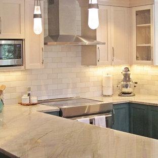 Foto di una cucina chic di medie dimensioni con lavello sottopiano, ante in stile shaker, ante turchesi, top in quarzite, paraspruzzi bianco, paraspruzzi con piastrelle in ceramica, elettrodomestici in acciaio inossidabile, parquet chiaro, isola, pavimento beige e top bianco