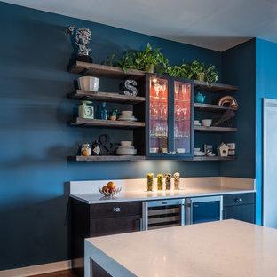 Esempio di una piccola cucina contemporanea con lavello a doppia vasca, ante lisce, ante marroni, top in quarzo composito, paraspruzzi blu, paraspruzzi con piastrelle di vetro, elettrodomestici in acciaio inossidabile, pavimento in legno massello medio e penisola