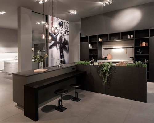 Einzeilige, Mittelgroße Moderne Wohnküchen Mit Offenen Schränken, Dunklen  Holzschränken, Zementfliesen, Zwei Kücheninseln