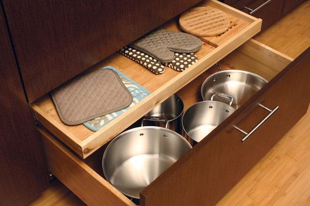 Современный Кухня by Dura Supreme Cabinetry