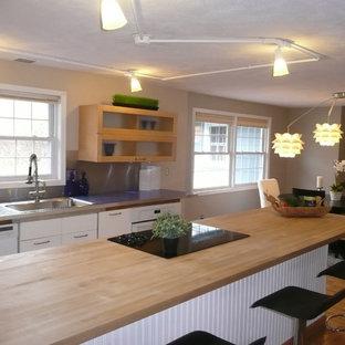 Exempel på ett mellanstort eklektiskt kök, med en nedsänkt diskho, släta luckor, vita skåp, kaklad bänkskiva, stänkskydd med metallisk yta, stänkskydd i metallkakel, vita vitvaror, ljust trägolv och en halv köksö