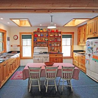 Esempio di una cucina stile rurale di medie dimensioni con lavello a doppia vasca, ante in stile shaker, ante in legno chiaro, top in marmo, elettrodomestici bianchi, isola, paraspruzzi in legno e pavimento nero