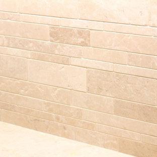 Diseño de cocina comedor en U, clásica renovada, grande, con fregadero sobremueble, armarios con paneles empotrados, puertas de armario blancas, encimera de cuarcita, salpicadero beige, salpicadero de piedra caliza, electrodomésticos de acero inoxidable, suelo de travertino, dos o más islas y suelo beige