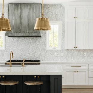 Foto di una grande cucina moderna con lavello sottopiano, ante in stile shaker, ante bianche, top in quarzo composito, paraspruzzi grigio, paraspruzzi in marmo, elettrodomestici in acciaio inossidabile, parquet chiaro, isola, pavimento beige e top bianco
