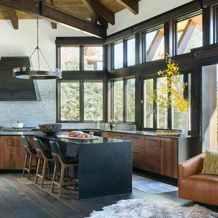 Foto på ett stort funkis kök, med en rustik diskho, släta luckor, skåp i mellenmörkt trä, bänkskiva i kvarts, grått stänkskydd, stänkskydd i keramik, rostfria vitvaror, mörkt trägolv och en köksö