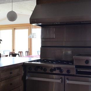 Offene, Mittelgroße Klassische Küche in L-Form mit integriertem Waschbecken, Schrankfronten im Shaker-Stil, braunen Schränken, Kupfer-Arbeitsplatte, Küchengeräten aus Edelstahl, hellem Holzboden und Halbinsel in Portland