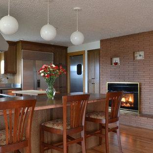 Offene, Mittelgroße Klassische Küche mit integriertem Waschbecken, Schrankfronten im Shaker-Stil, braunen Schränken, Kupfer-Arbeitsplatte, bunter Rückwand, Rückwand aus Steinfliesen, Küchengeräten aus Edelstahl, hellem Holzboden und Halbinsel in Portland