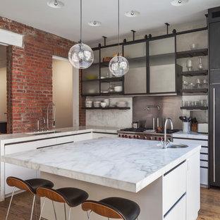 Diseño de cocina en L, contemporánea, con fregadero bajoencimera, armarios abiertos, puertas de armario de madera en tonos medios, salpicadero metalizado, electrodomésticos de acero inoxidable, suelo de madera en tonos medios y una isla