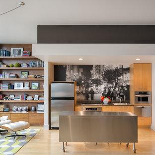 Diseño de cocina lineal, contemporánea, abierta, con fregadero encastrado, armarios con paneles lisos, puertas de armario de madera oscura, encimera de acero inoxidable, salpicadero multicolor y electrodomésticos de acero inoxidable