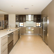 Contemporary Kitchen by Imperial Homes Qld Pty Ltd