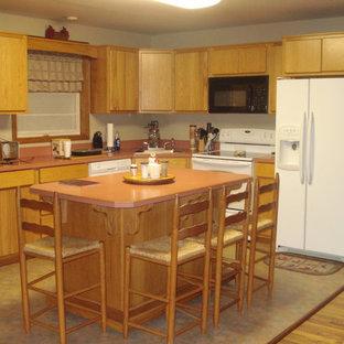 他の地域の中サイズのトラディショナルスタイルのおしゃれなキッチン (ドロップインシンク、フラットパネル扉のキャビネット、淡色木目調キャビネット、クオーツストーンカウンター、白い調理設備、クッションフロア、ベージュの床、ピンクのキッチンカウンター) の写真