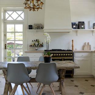 Kleine Klassische Wohnküche Ohne Insel In U Form Mit Einbauwaschbecken,  Weißen Schränken, Küchenrückwand